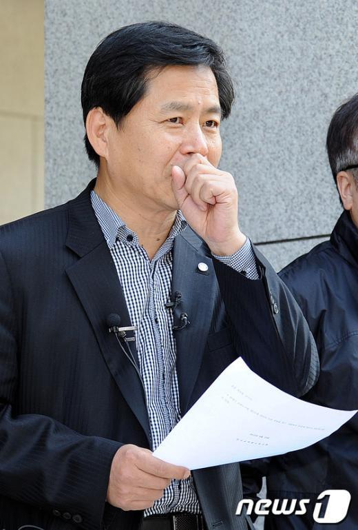 [사진]굳은 표정의 장석웅 위원장