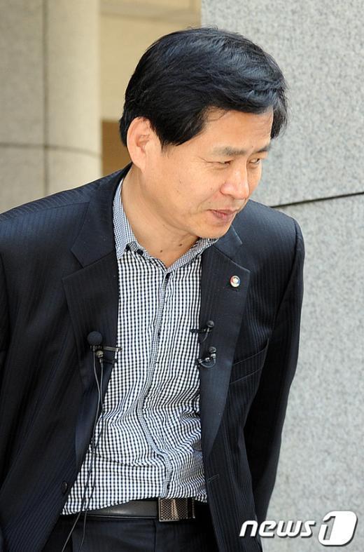 [사진]고개숙여 인사하는 장석웅 위원장
