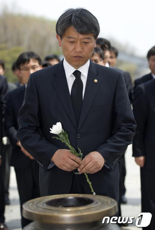 [사진]헌화하는 김선동 의원