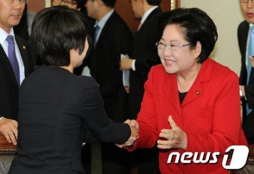 [사진]손수조 위로하는 김을동 의원