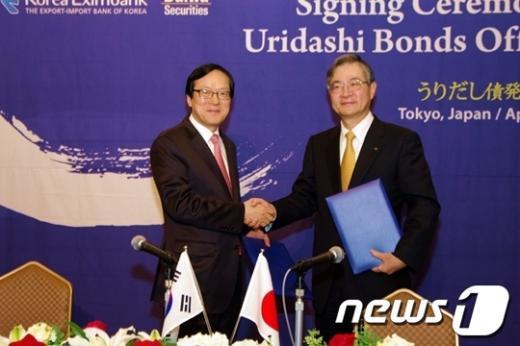 김용환 수출입은행 장(왼쪽)이 19일일본 도쿄 임페리얼 호텔에서 타카시 히비노 다이와증권 사장과우리다시 본드 계약에 서명했다. News1