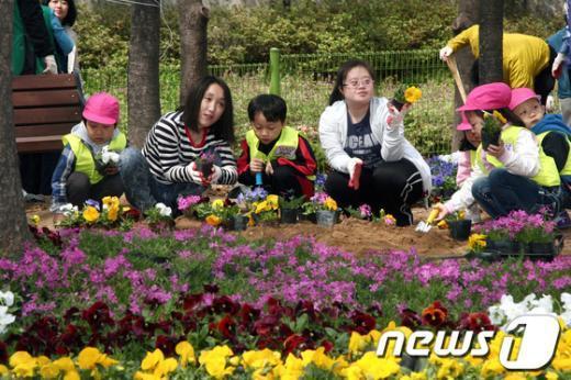 [사진]자투리땅에 봄꽃 심는 어린이들