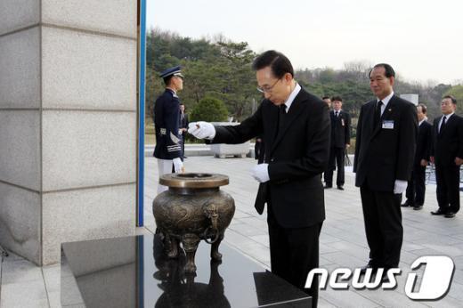 [사진]분향하는 이명박 대통령