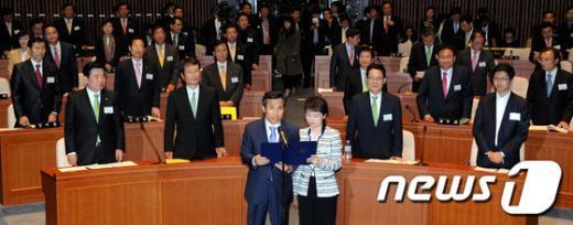 [사진]민주통합당 19대 국회의원 당선자 결의문 낭독