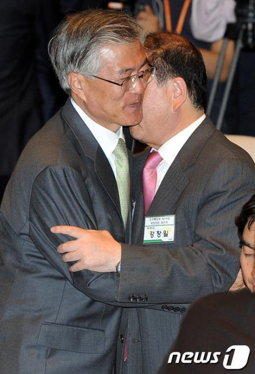 [사진]포옹하며 반갑게 인사나누는 문재인 당선자