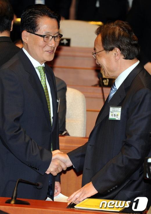 [사진]악수하는 이해찬-박지원 당선자