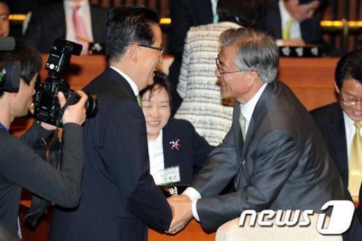 [사진]악수하는 문재인-박지원 당선자