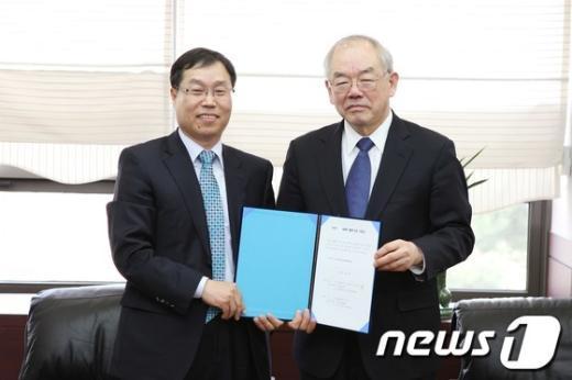 임쌍근 인텍플러스 대표(사진 왼쪽)가 19일 KAIST 행정동 회의실에서 서남표 총장에게 1억원의 발전기금을 전달하고 있다. News1