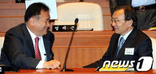 [사진]대화나누는 이해찬-이상민 당선자