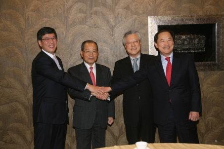 ↑사진 왼쪽부터 하성민 SK텔레콤 사장, 이계철 방통위원장, 이석채 KT 회장, 이상철 LG유플러스 부회장
