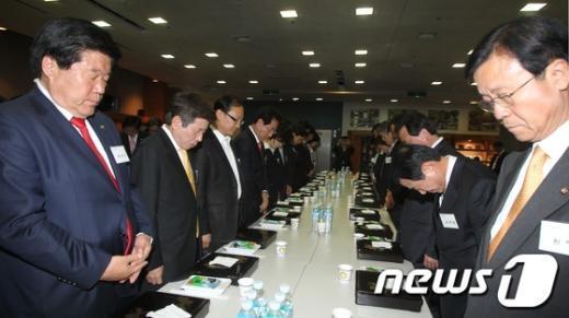 [사진]묵념하는 당선자들