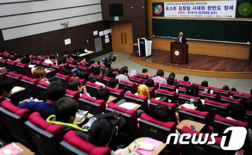 [사진]'포스트 김정일 시대' 특강하는 박한식 교수