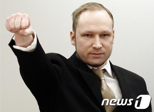 16일 오슬로 법정에 들어서며 수갑이 풀리자마자 극우주의 경례를 하는 아네르스 베링 브레이비크  AFP=News1