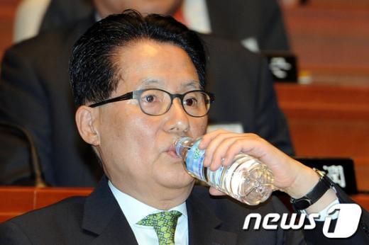 [사진]물 마시는 박지원 최고위원