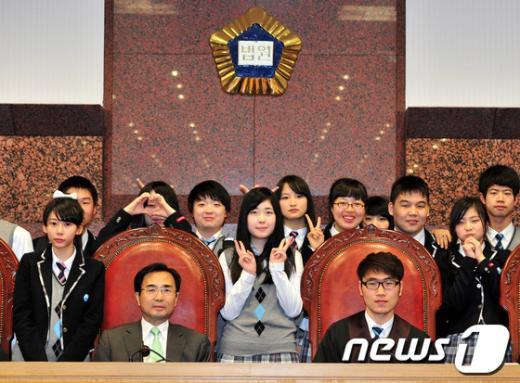 [사진]다문화가정 학생들, 대법원 초청 견학