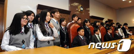 [사진]법정에서 기념촬영하는 다문화가정 학생들