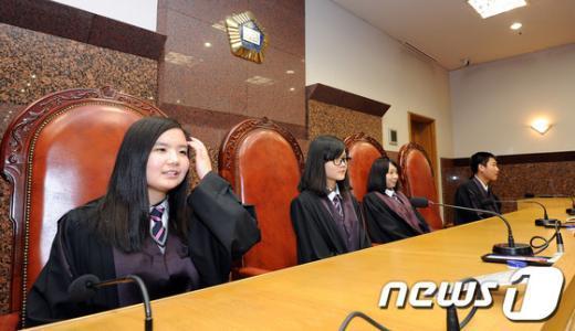 [사진]법관복 입은 다문화가정 학생들
