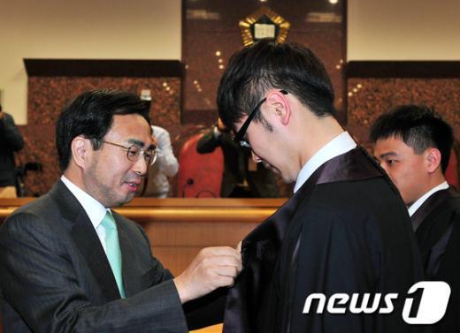 [사진]법관복 입혀주는 차한성 대법원 행정처장