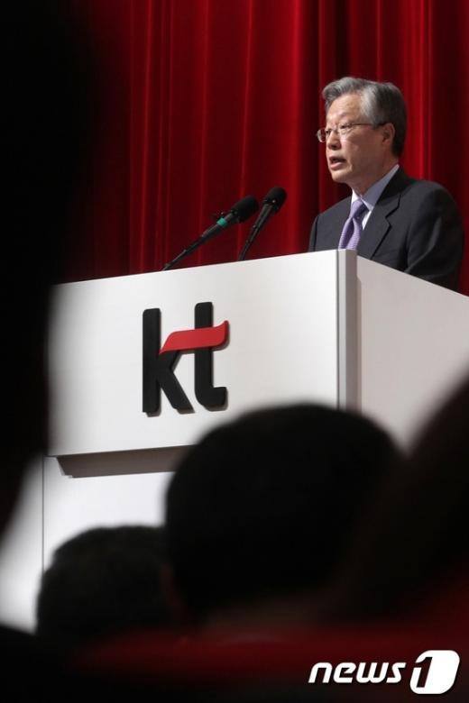 KT 이석채 회장이 16일 오전 서울 우면동 KT연구개발센터에서 열린 '제30기 정기주주총회'를 주재하고 있다. (머니투데이 제공)  News1 이동근 인턴기자