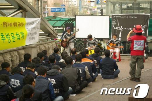 19일 오후 인천 부평에서 열린 '인천 산재사망 노동자 추모 및 건강권 문화제'에서 콜트악기 해고 노동자로 구성된 '콜밴'이 직접 연주하며 노래를 부르고 있다. News1