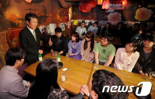 """민주통합당 문성근 대표가19일 오후 서울 마포구 서교동의 한 락클럽에서 청년비례대표에 도전했던 후보자 및 트위터를 보고 찾아온 청년들과 호프미팅을 하고 있다. 문 권한대행은 이날 """"광역의원 기초 의원 (선거에) 가면 2030 청년을 의무적으로 공천을 하자고 앞으로 주장할 예정""""이라고 말했다. 2012.4.19/뉴스1  News1 박정호 기자"""