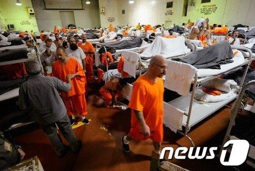 미국 캘리포니아주 치노 주립 교도소. 넘쳐나는 수감자로 인해 교도소 내 체육관을 감방으로 '리노베이션' 했다.  AFP=News1