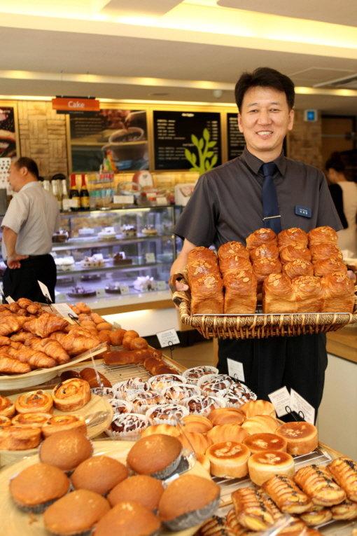 ↑프로그래머 이재광씨는 TV드라마 '내 이름은 김삼순'을 보고 빵집 사장의 꿈을 실천했다. 1년 만에 손익분기점을 돌파, 2번째 매장을 열었다.
