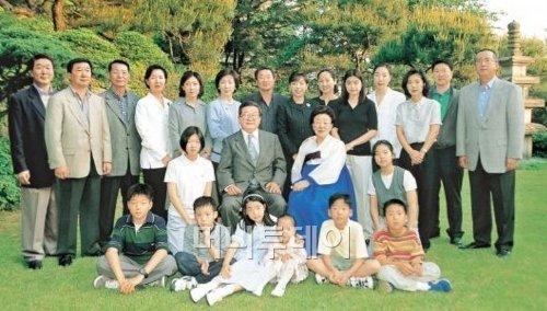 구자경(가운데줄 왼쪽에서 두번째) LG 명예회장이 지난 1999년 75회 생일을 맞아 가족들이 서울 성북동 구 명예회장 집에 모여 찍은 가족 사진.구 명예회장 오른쪽이 부인 故 하정임 여사다.뒷줄 왼쪽부터 3남 구본준 LG전자 부회장,2남 구본능 희성그룹 회장, 맏사위 고 김화중씨,장녀 구훤미씨,셋째 며느리 김은미씨,차녀 구미정씨, 장남 구본무 LG 회장, 첫째 며느리 김영식씨, 둘째 며느리 차경숙씨. 오른쪽 끝은 둘째사위 최병민 대한펄프 회장,그 왼쪽은 4남 구본식 희성그룹 부회장과 부인 조경아씨.