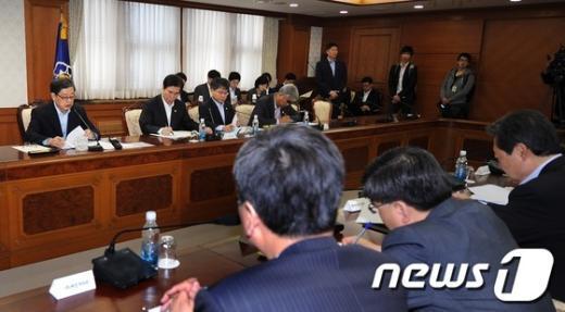 [사진]국가정책조정회의 주재하는 김황식 국무총리
