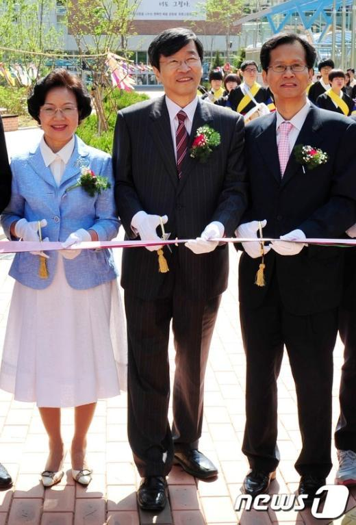 [사진]휘봉고 개교식 참석한 곽 교육감