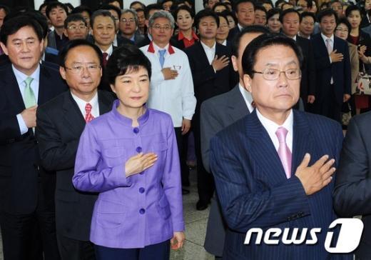 [사진]국민의례하는 박근혜 비대위원장