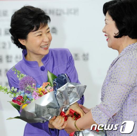 [사진]꽃다발 받는 박근혜 비대위원장