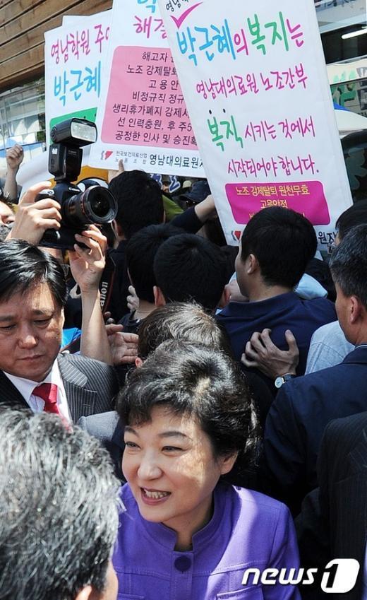 [사진]기습시위 만난 박근혜 '애써 외면'