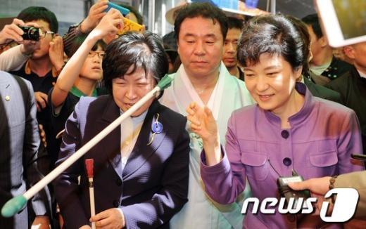[사진]투호 던지는 박근혜
