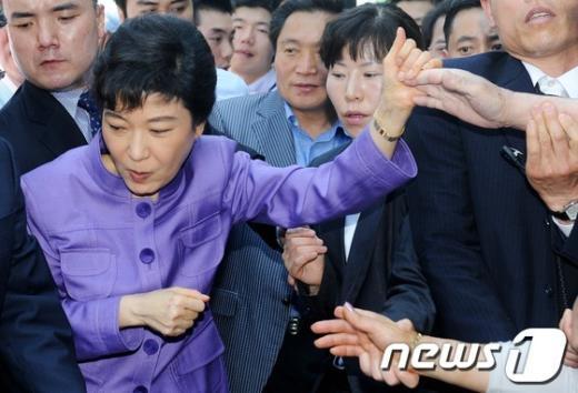 [사진]민생탐방 박근혜, '몰려든 인파에 깜짝'