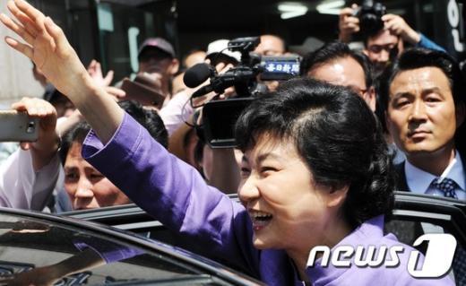 [사진]박근혜의 손인사