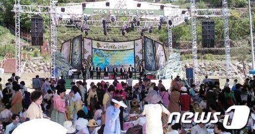 농촌희망가꾸기 음악회에서 남성 앙상블인 우주호와 음악친구들이 감미로운 클래식을 들려주고 있다.(경남농협 제공) News1
