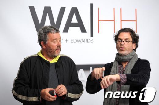알코올 스프레이 병을 디자인한 프랑스 디자이너 필립 스타크(왼쪽)와제품 개발자 데이비드 에드워드가 신제품을 시연해 보이고 있다.AFP= News1
