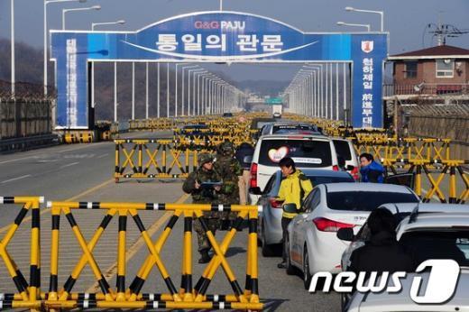 개성 공단으로 가는 길에 있는경기파주 통일대교.  News1 한재호 기자