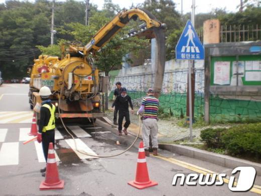 김포시도로관리사업소가 노면배수를 위해 빗물받이 정비 공사를 진행중에 있다(사진제공=김포시청)  News1
