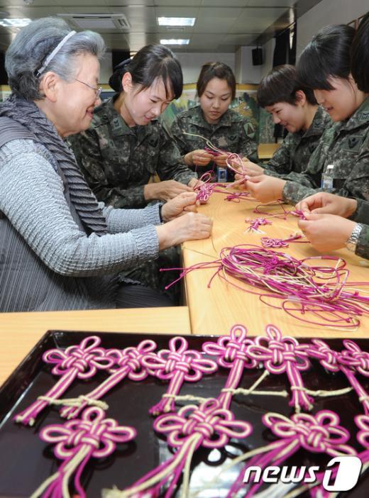 [사진]'동심결' 만드는 수방사 여군들