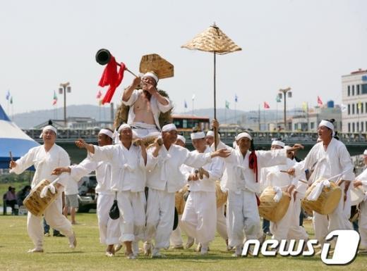 제55회 밀양아리랑대축제에서 무형문화재 밀양백중놀이가 시연되고 있다..(밀양시 제공) News1