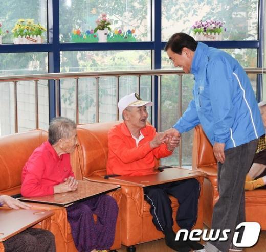 [사진]인천 재활원 방문한 이재오 의원