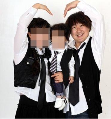 개그맨 나도야(맨 오른쪽)의 아들(가운데)과 부인 한모씨(왼쪽) /사진=나도야 미니홈피 News1