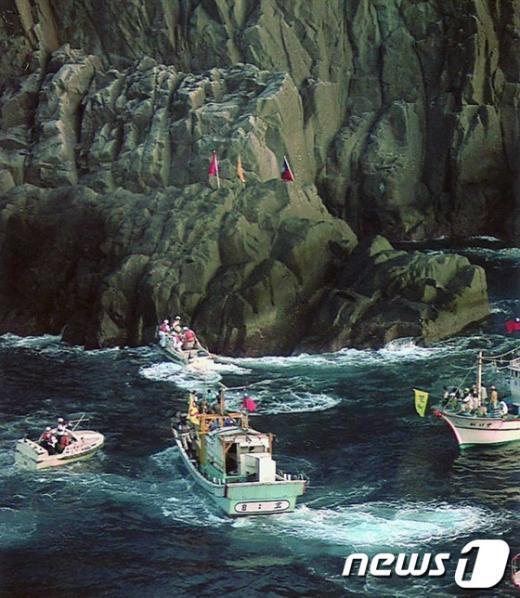 1996년 10월 7일 대만과 홍콩 시위대들이 댜오위다오(일본명 :센카쿠) 섬에 근접해 상륙을 시도하고 있다. AFP=News1