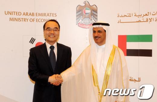 [사진]알 만수리 UAE 경제부 장관과 인사 나누는 박재완 장관