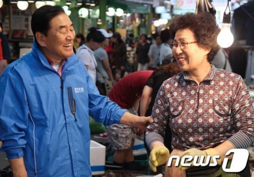 [사진]상인들 애로사항 듣는 이재오