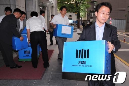 [사진]한국저축은행 압수품 들고 나오는 검찰