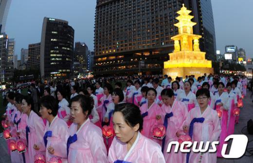 [사진]서울광장 불 밝힌 봉축등