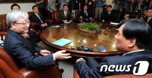 [사진]저축은행 진상조사위 항의 방문 받는 김석동 위원장